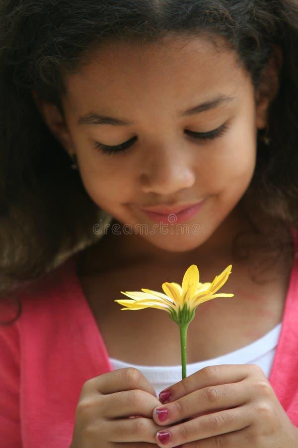 Fleurs sentantes de fille photos stock