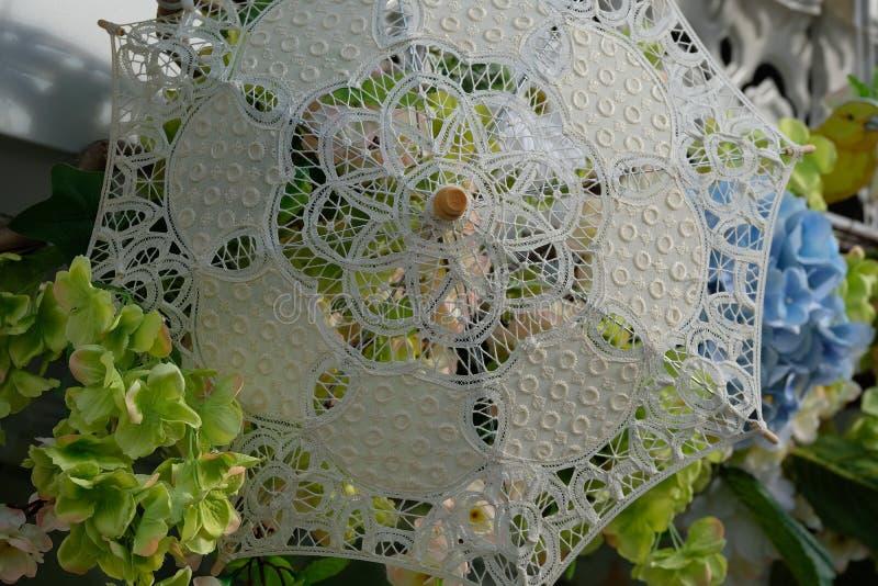Fleurs sous un parapluie à jour image libre de droits