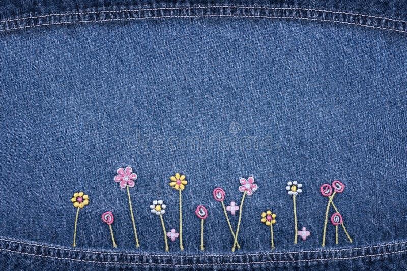 Fleurs sur des jeans photographie stock libre de droits