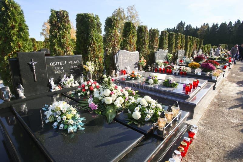 Fleurs sur des tombes photos stock