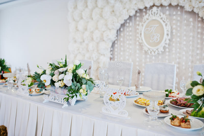 Fleurs sur la table de mariage des nouveaux mariés Coeurs et signe décoratifs photo stock