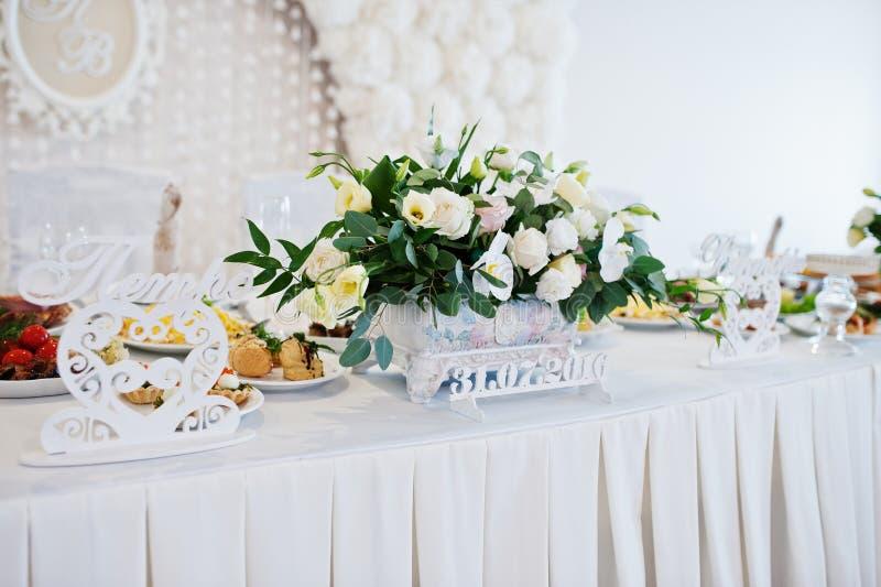 Fleurs sur la table de mariage des nouveaux mariés Coeurs et signe décoratifs photos stock