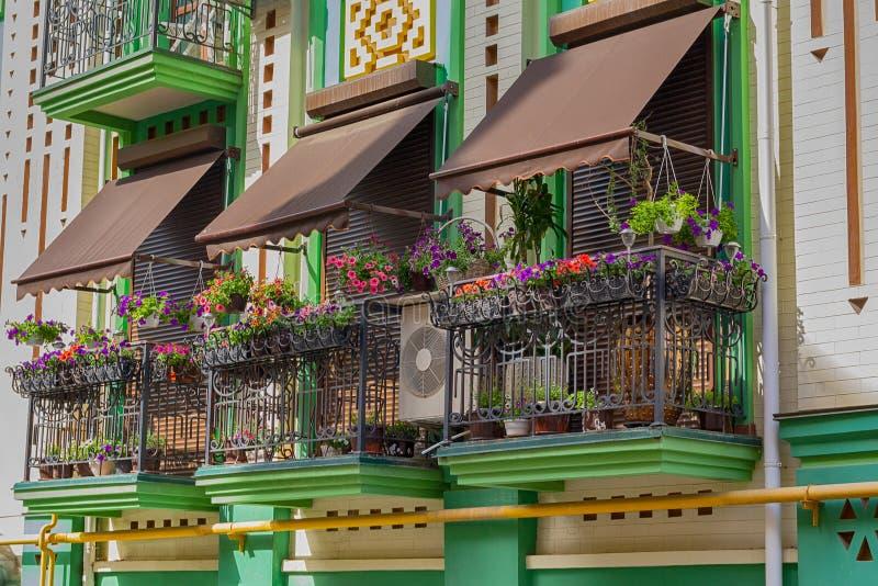 Fleurs sur le balcon d'une maison de luxe dans un style classique photos stock