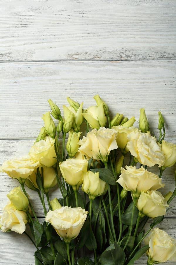 Download Fleurs sur le bois blanc photo stock. Image du wooden - 77150546