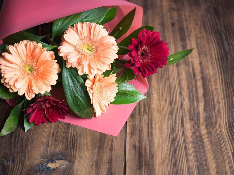 Fleurs sur le fond en bois Bouquet nuptiale, épousant le plan rapproché de fleurs Décoration faite de chrysanthèmes, marguerites photo stock