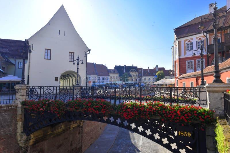 Fleurs sur le pont à Sibiu, la Transylvanie photographie stock libre de droits