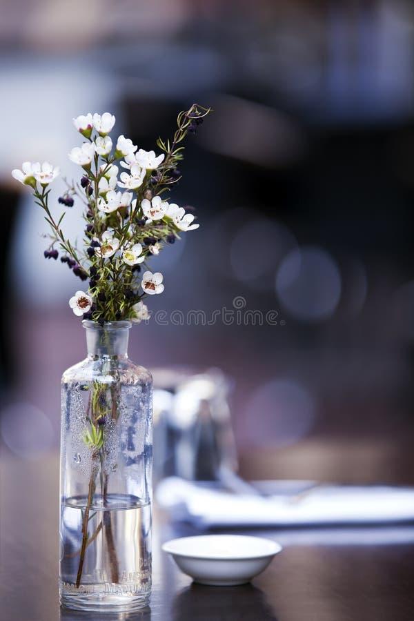 Fleurs sur le Tableau de café photographie stock