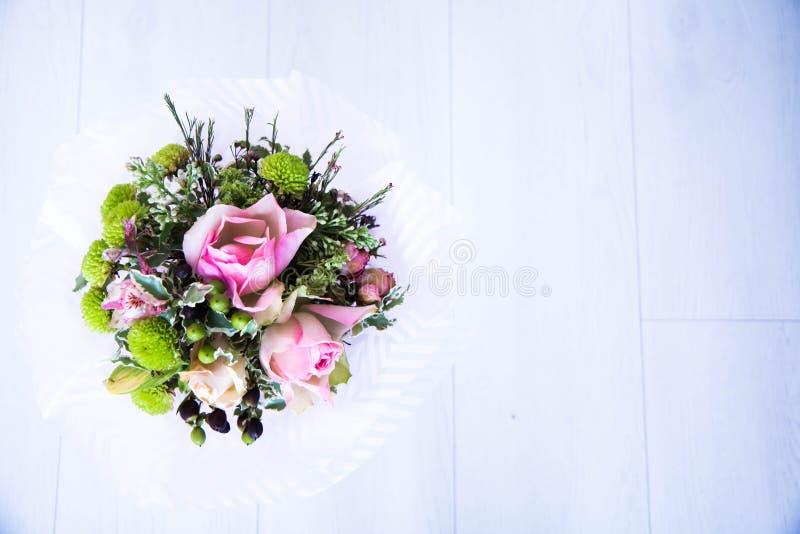 Fleurs sur un fond blanc image stock