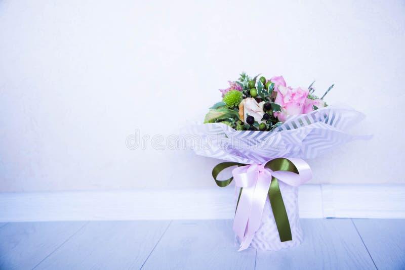Fleurs sur un fond blanc photo libre de droits