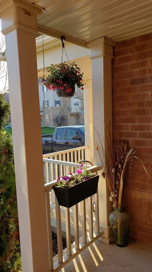 Fleurs sur un porche dans Milton, Canada photographie stock libre de droits