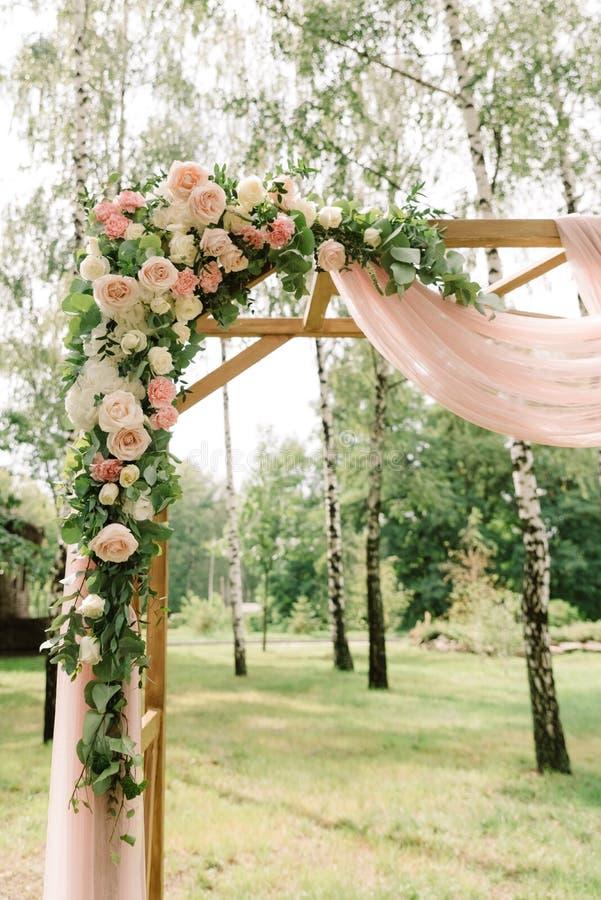 Fleurs sur une voûte en bois photo stock