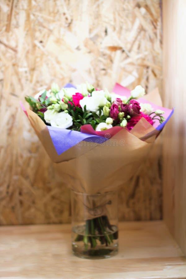 Fleurs Unfocused Fond floral brouill? roses photographie stock libre de droits