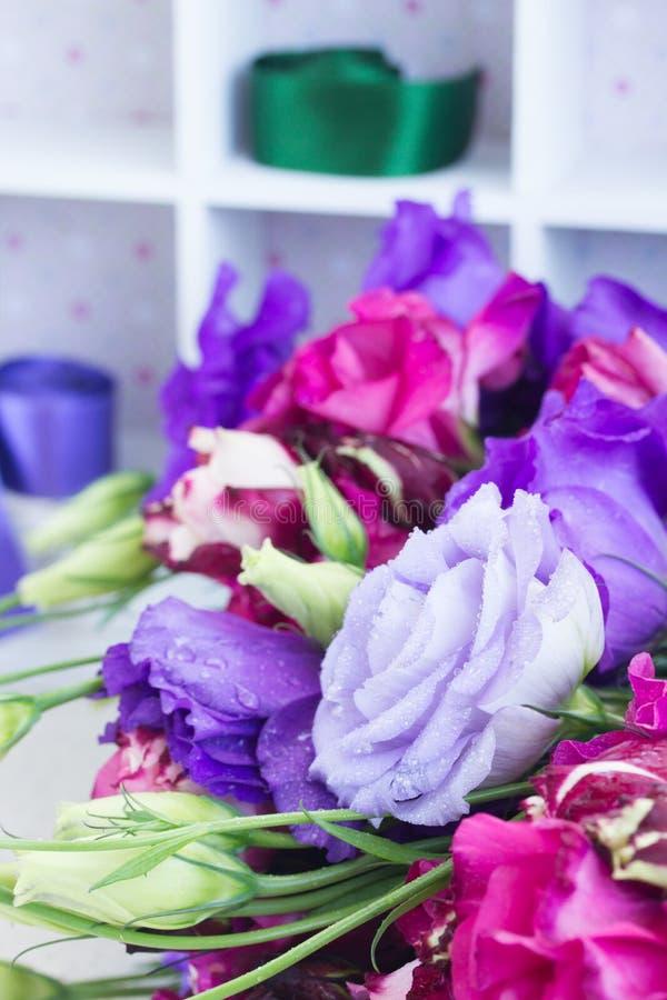 Fleurs violettes et mauve d'eustoma photos stock