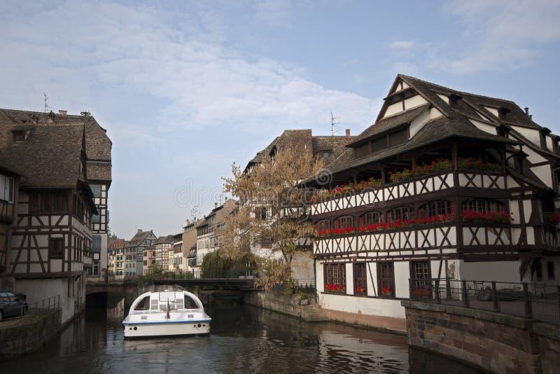 Fleuve avec les Chambres à colombage traditionnelles France images stock