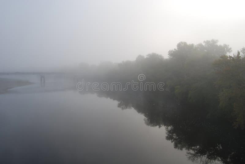 Fleuve brumeux images stock