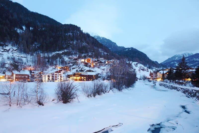 Fleuve couvert par la glace et de petits hôtels image libre de droits
