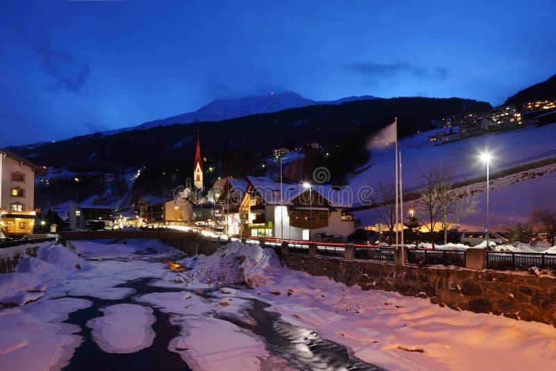 Fleuve couvert par la glace et plusieurs hôtels photographie stock libre de droits