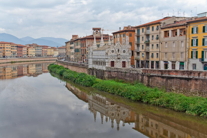 Fleuve d'Arno d'église de Spinna de della Santa Maria à Pise photo stock