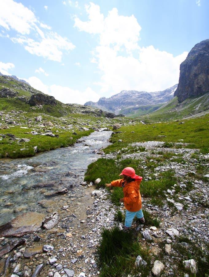 Fleuve d'enfant et de montagne photo stock