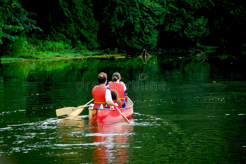 Fleuve de canoë de famille image stock
