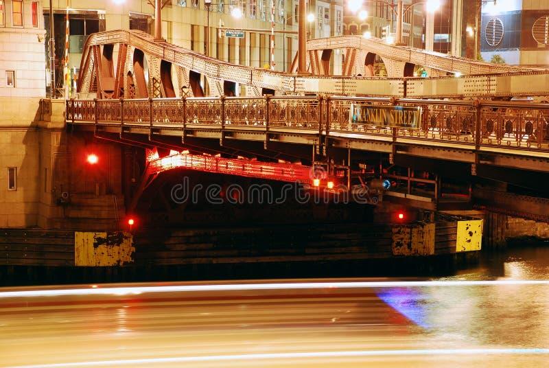 Fleuve de Chicago par nuit image stock