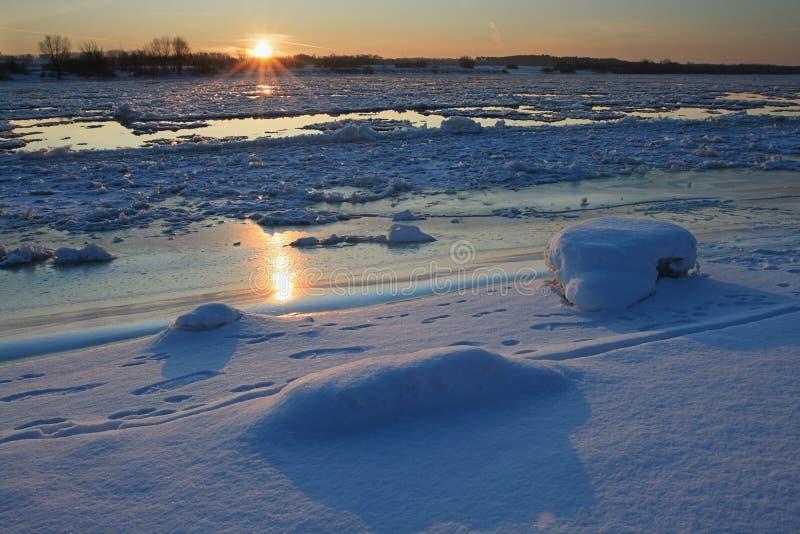 Fleuve de coucher du soleil en hiver photos libres de droits