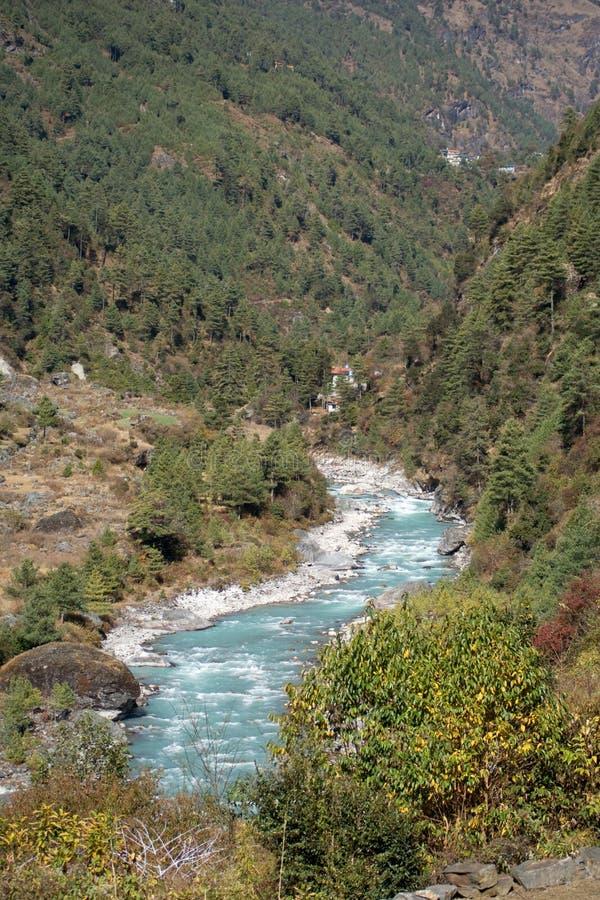 Fleuve de Dudh Kosi en Himalaya photographie stock