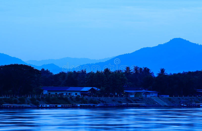 Fleuve de Khong et ciel bleu avant lever de soleil photo stock