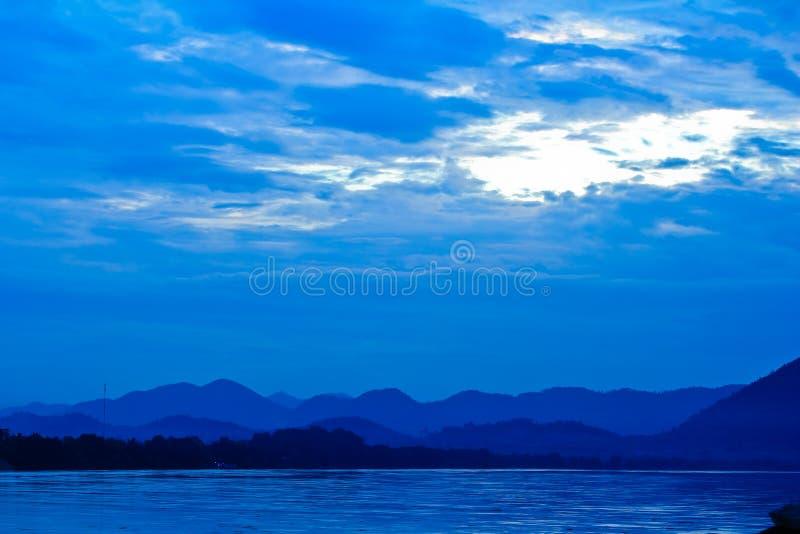Fleuve de Khong et ciel bleu avant lever de soleil image libre de droits