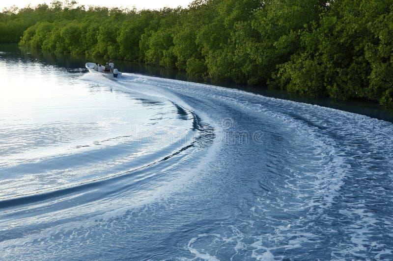 Fleuve de lac de coucher du soleil de lavage de support de sillage de bateau de bateau photographie stock libre de droits