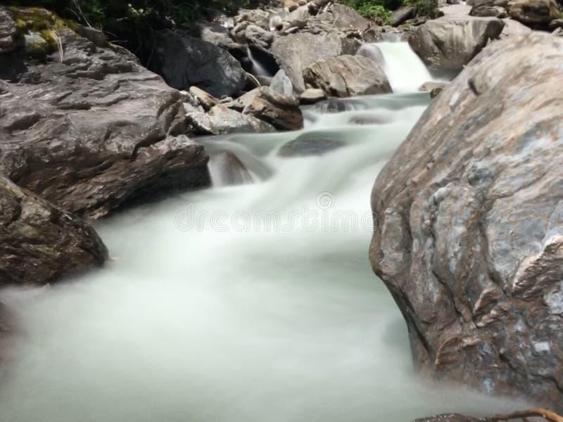 Fleuve de montagne photo stock