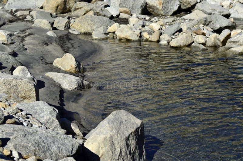 Download Fleuve de montagne image stock. Image du paysage, lumineux - 45355669
