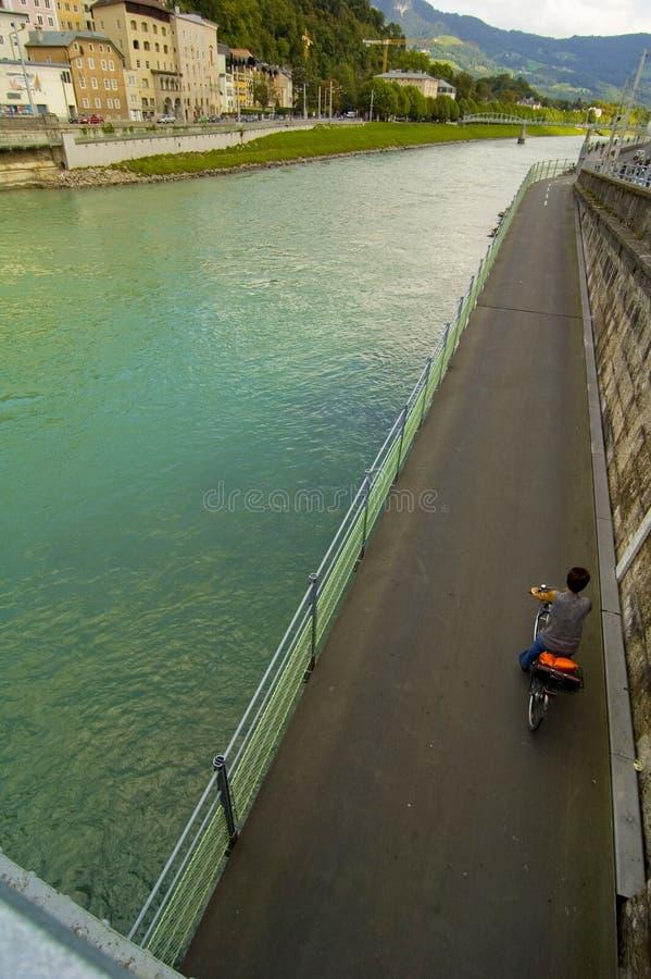 Fleuve de Salzach et route de bicyclette photographie stock