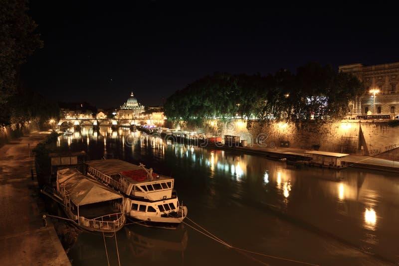 Fleuve de Tiber, passerelle de Sant Angelo et basilique image libre de droits