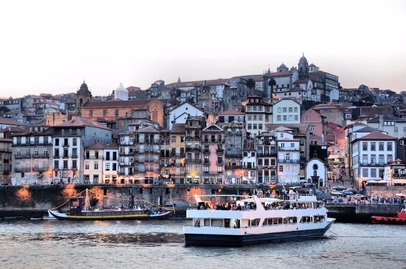 Fleuve Douro et la ville de Porto au crépuscule photo stock