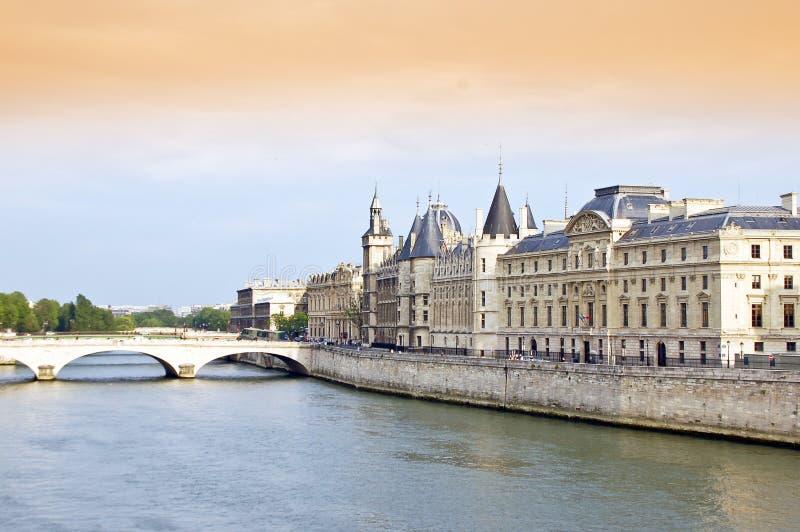 Fleuve et passerelle de Seine photo stock