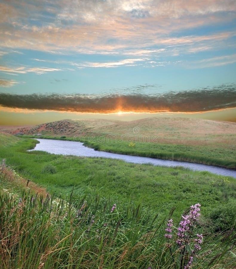 Fleuve et soleil de crépuscule photographie stock libre de droits