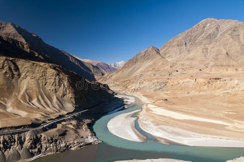 Fleuve Indus de adhésion de rivière de Zanskar dans Ladakh, Inde image stock