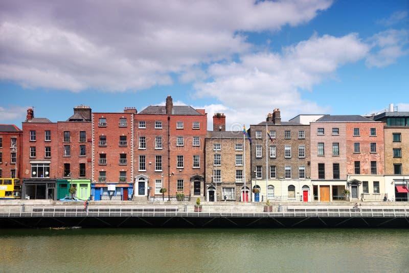 Fleuve Liffey et constructions colorées à Dublin images libres de droits