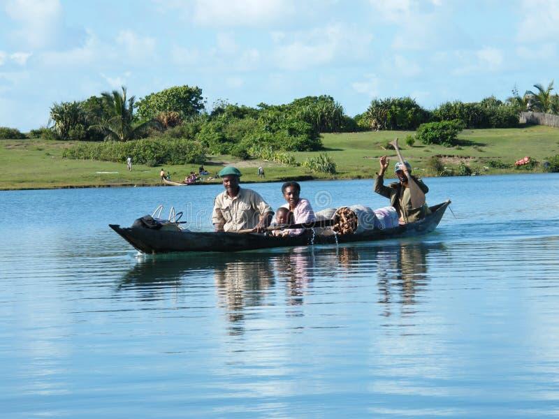 Fleuve malgache de croisement de famille en le canoë image stock