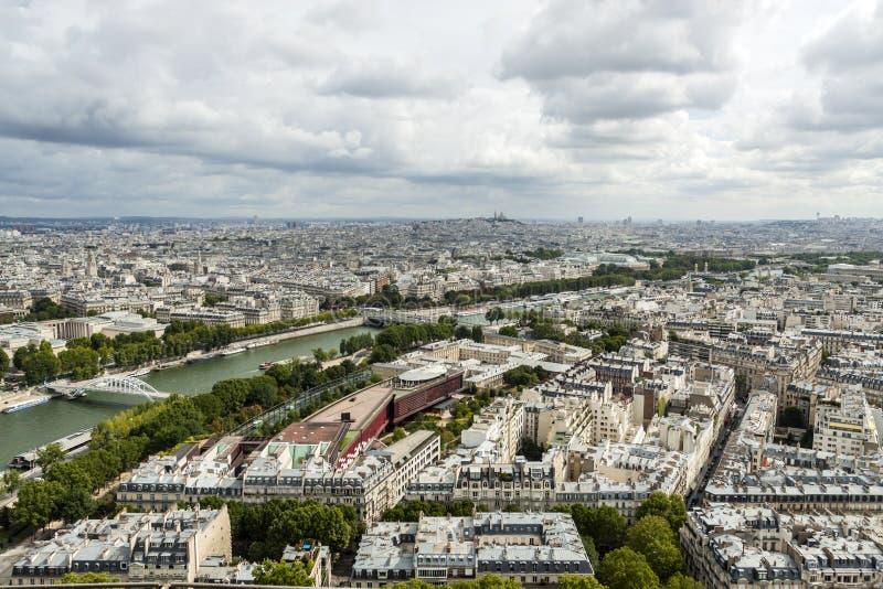 Fleuve Seine et constructions à Paris photographie stock
