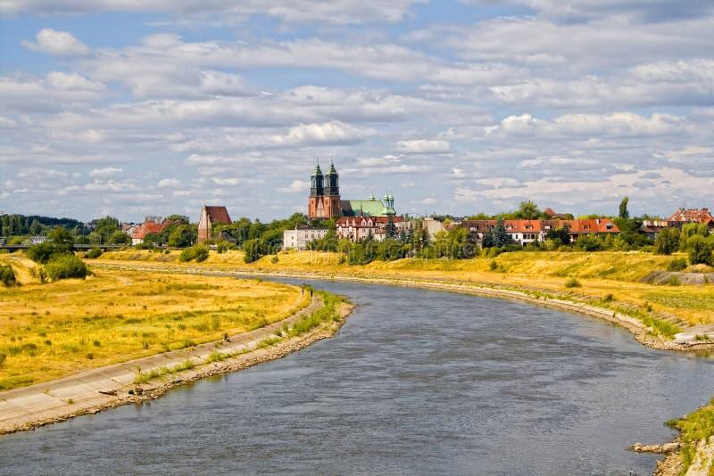 Fleuve Warta et basilique sur Poznan photographie stock libre de droits