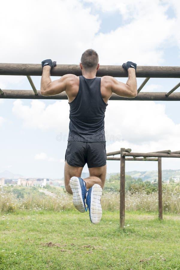 Flexão de braço muscular atlética do homem, exterior fotos de stock royalty free