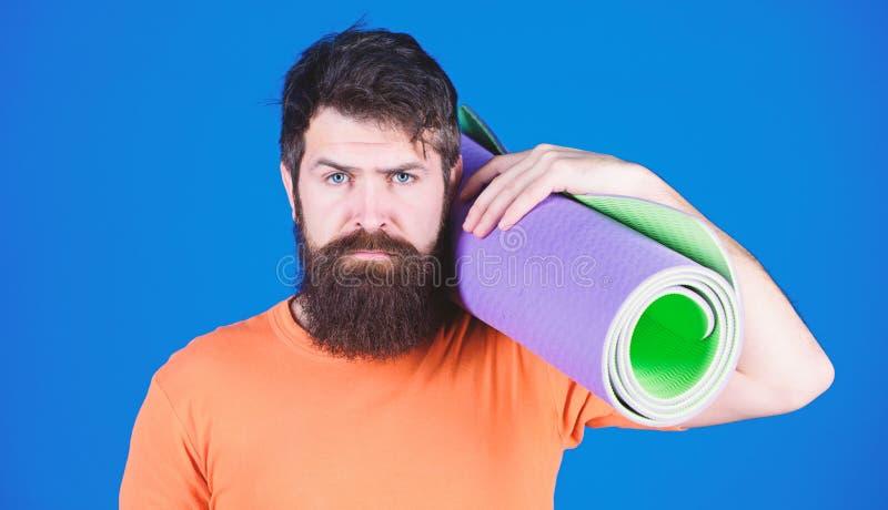 Flexibel bleiben Yoga als Hobby und Sport Jeden Tag Yoga praktizieren Sportler mit Bärenbärten halten Fitnessmatte Fitness und stockfotos