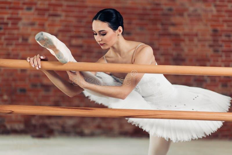Flexibel meisje die haar lichaam uitrekken tijdens de repetitie stock afbeelding
