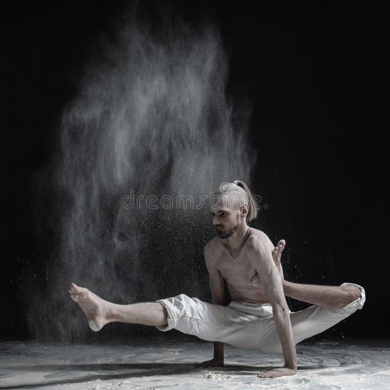 Flexibele yogamens die asanabrahmachariasana doen van het handsaldo royalty-vrije stock fotografie
