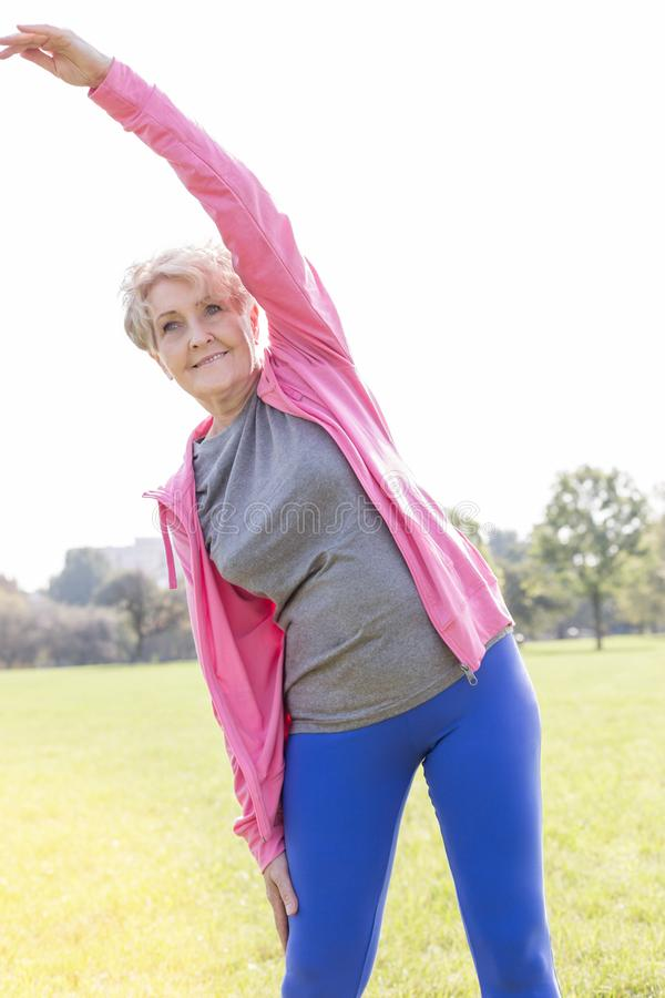 Flexible ältere Frau, die Training im Park tut lizenzfreie stockfotografie