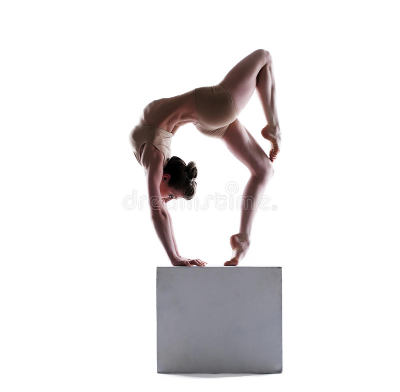 Flexible junge Frau, die auf Würfel aufwirft lizenzfreie stockbilder