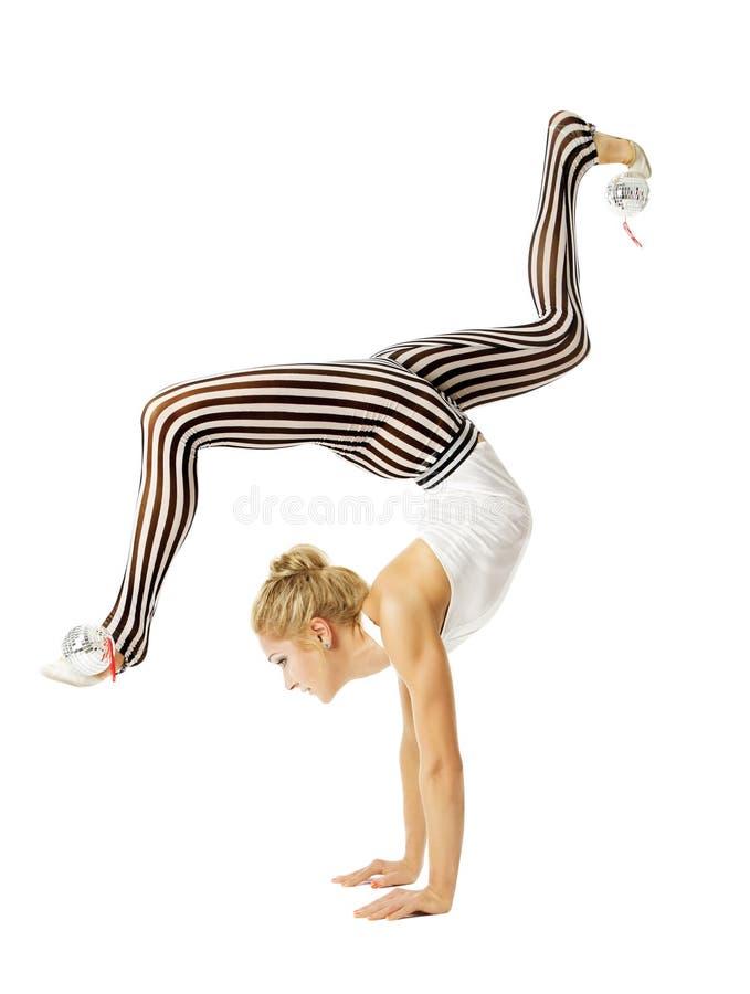 Flexibler Körper der Turnerfrau, der auf Armen, Ausbildungsstretchin steht lizenzfreies stockbild