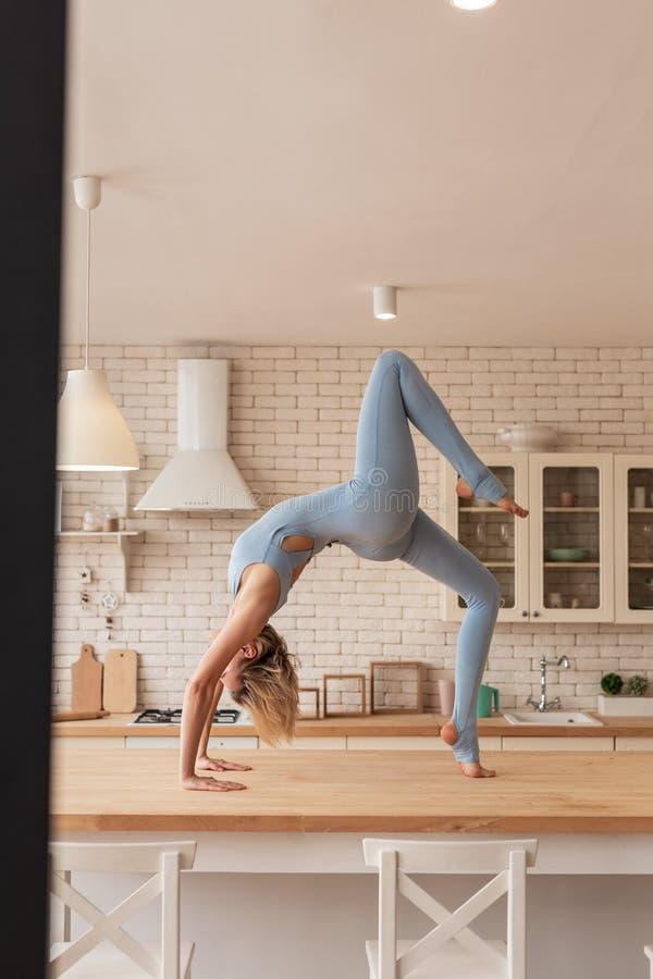 Flexibler und elastischer weiblicher Turner, der extrem stark und stark ist stockfoto